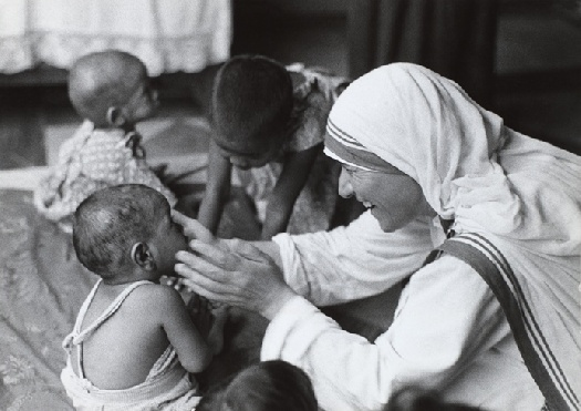 Mẹ Têrêsa: Không phải tất cả chúng ta đều làm được những điều vĩ đại, nhưng chúng ta có thể làm những điều nhỏ nhặt với tình yêu vĩ đại